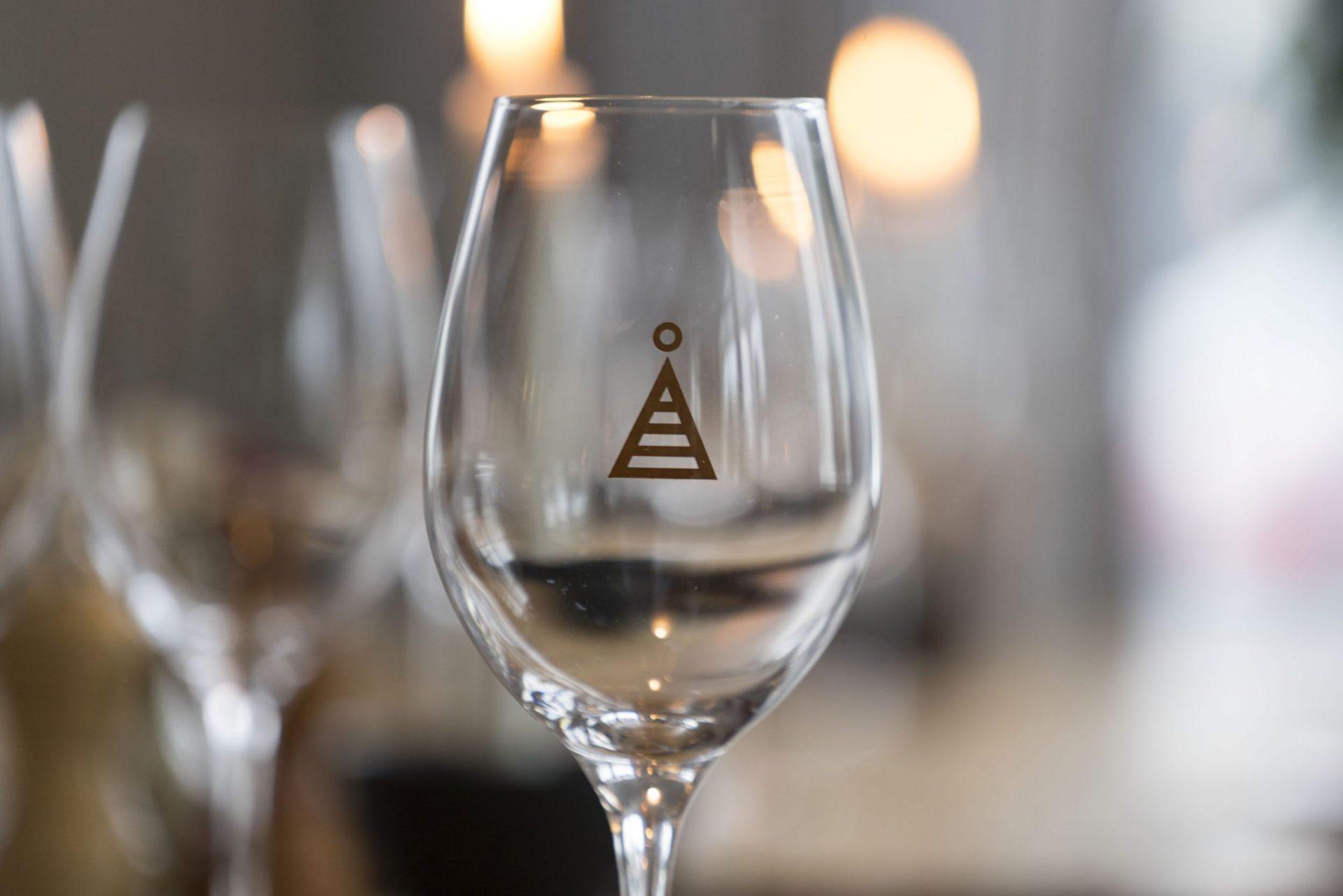 ett glas vin åtellet